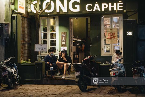 Thủ đô Hà Nội buổi tối đầu tiên nới lỏng giãn cách xã hội: Phố xá, trung tâm thương mại vắng vẻ, quán cafe lại đông nghịt như chưa hề có cách ly - Ảnh 9.