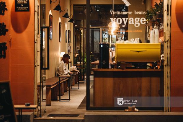 Thủ đô Hà Nội buổi tối đầu tiên nới lỏng giãn cách xã hội: Phố xá, trung tâm thương mại vắng vẻ, quán cafe lại đông nghịt như chưa hề có cách ly - Ảnh 10.