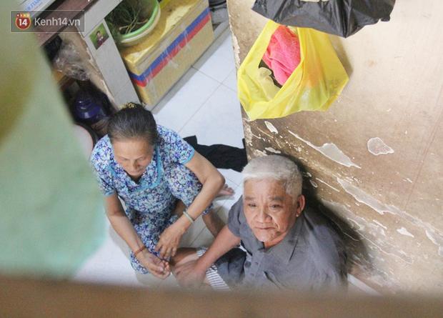 Cụ bà bật khóc khi vé số ở Sài Gòn được mở bán trở lại sau cách ly xã hội: Mừng lắm con ơi, tháng rồi ngoại ở nhà không biết làm gì cả - Ảnh 4.