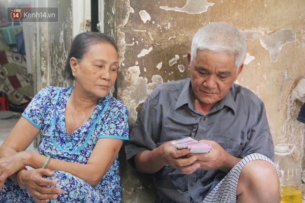 Cụ bà bật khóc khi vé số ở Sài Gòn được mở bán trở lại sau cách ly xã hội: Mừng lắm con ơi, tháng rồi ngoại ở nhà không biết làm gì cả - Ảnh 5.