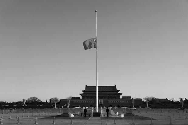 Ảnh: Trung Quốc tổ chức tưởng niệm nạn nhân Covid-19 trong ngày Thanh minh - Ảnh 1.