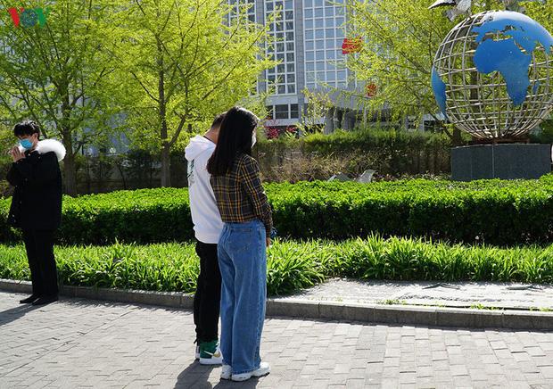 Ảnh: Trung Quốc tổ chức tưởng niệm nạn nhân Covid-19 trong ngày Thanh minh - Ảnh 11.