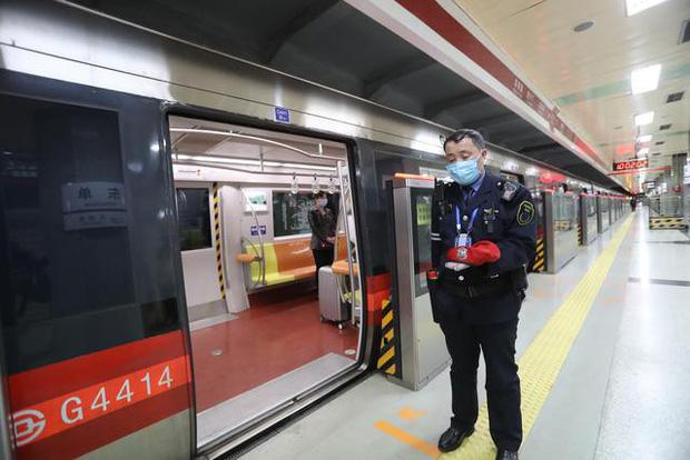 Ảnh: Trung Quốc tổ chức tưởng niệm nạn nhân Covid-19 trong ngày Thanh minh - Ảnh 12.
