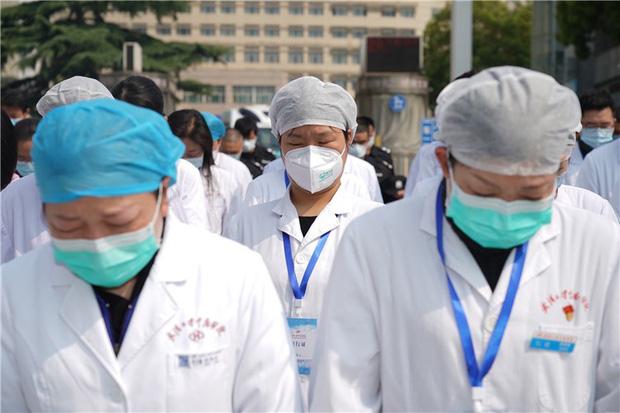 Ảnh: Trung Quốc tổ chức tưởng niệm nạn nhân Covid-19 trong ngày Thanh minh - Ảnh 14.