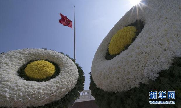 Ảnh: Trung Quốc tổ chức tưởng niệm nạn nhân Covid-19 trong ngày Thanh minh - Ảnh 15.
