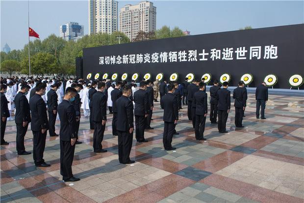 Ảnh: Trung Quốc tổ chức tưởng niệm nạn nhân Covid-19 trong ngày Thanh minh - Ảnh 3.