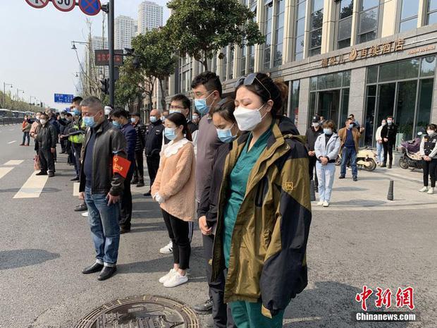 Ảnh: Trung Quốc tổ chức tưởng niệm nạn nhân Covid-19 trong ngày Thanh minh - Ảnh 4.