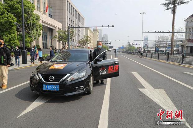 Ảnh: Trung Quốc tổ chức tưởng niệm nạn nhân Covid-19 trong ngày Thanh minh - Ảnh 5.
