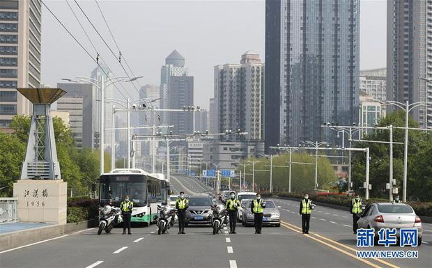 Ảnh: Trung Quốc tổ chức tưởng niệm nạn nhân Covid-19 trong ngày Thanh minh - Ảnh 6.