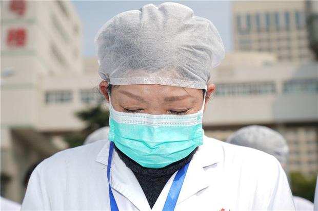 Ảnh: Trung Quốc tổ chức tưởng niệm nạn nhân Covid-19 trong ngày Thanh minh - Ảnh 7.
