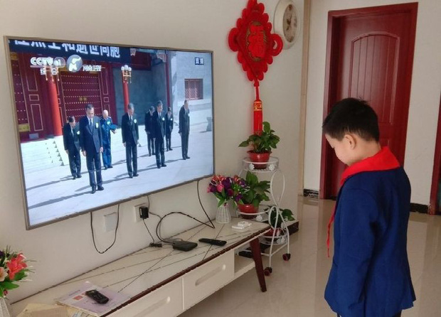 Ảnh: Trung Quốc tổ chức tưởng niệm nạn nhân Covid-19 trong ngày Thanh minh - Ảnh 8.