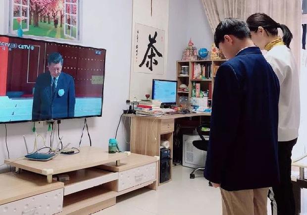 Ảnh: Trung Quốc tổ chức tưởng niệm nạn nhân Covid-19 trong ngày Thanh minh - Ảnh 9.