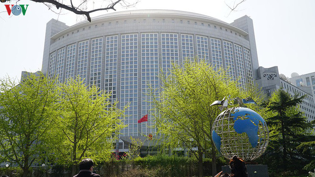 Ảnh: Trung Quốc tổ chức tưởng niệm nạn nhân Covid-19 trong ngày Thanh minh - Ảnh 10.