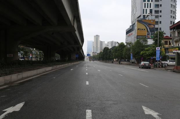 Ảnh: Cảnh tượng khác lạ tại những điểm đen ùn tắc giao thông của Hà Nội giữa mùa dịch Covid-19 - Ảnh 13.