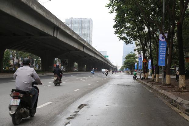 Ảnh: Cảnh tượng khác lạ tại những điểm đen ùn tắc giao thông của Hà Nội giữa mùa dịch Covid-19 - Ảnh 14.