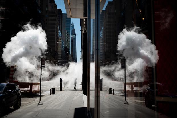 Chùm ảnh đẹp nhưng buồn đến lặng người: Thành phố New York nhộn nhịp bỗng hóa ảm đạm trong những ngày Covid-19 bao trùm - Ảnh 14.