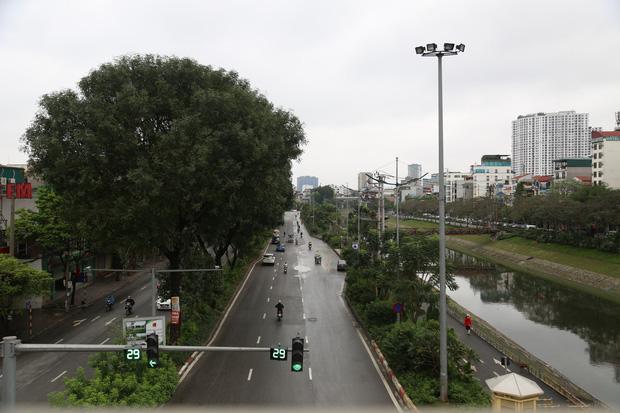 Ảnh: Cảnh tượng khác lạ tại những điểm đen ùn tắc giao thông của Hà Nội giữa mùa dịch Covid-19 - Ảnh 15.