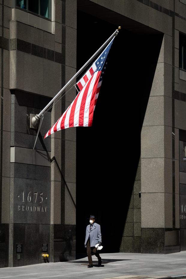 Chùm ảnh đẹp nhưng buồn đến lặng người: Thành phố New York nhộn nhịp bỗng hóa ảm đạm trong những ngày Covid-19 bao trùm - Ảnh 15.