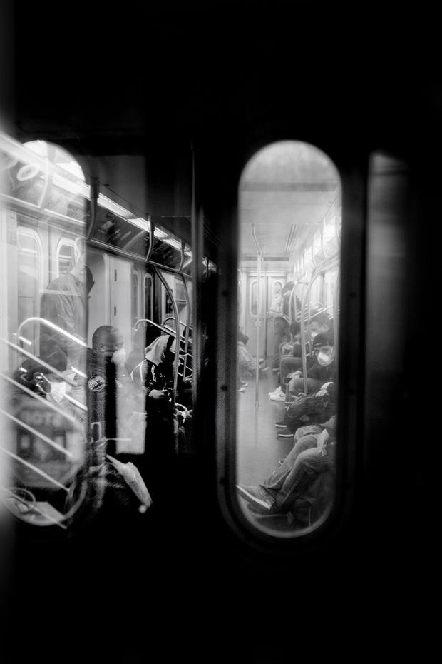 Chùm ảnh đẹp nhưng buồn đến lặng người: Thành phố New York nhộn nhịp bỗng hóa ảm đạm trong những ngày Covid-19 bao trùm - Ảnh 16.