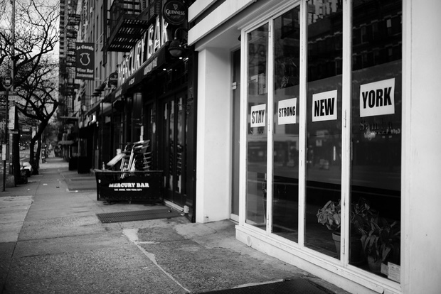 Chùm ảnh đẹp nhưng buồn đến lặng người: Thành phố New York nhộn nhịp bỗng hóa ảm đạm trong những ngày Covid-19 bao trùm - Ảnh 17.