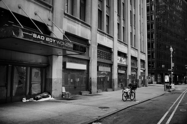 Chùm ảnh đẹp nhưng buồn đến lặng người: Thành phố New York nhộn nhịp bỗng hóa ảm đạm trong những ngày Covid-19 bao trùm - Ảnh 19.