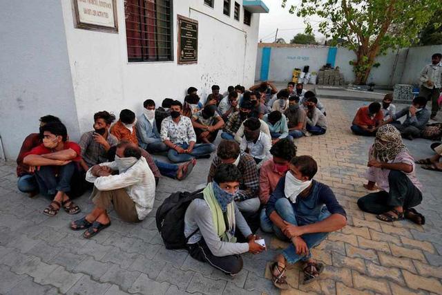Số phận những lao động Ấn Độ không thể trở về nhà trước lệnh phong tỏa: Bất đắc dĩ trở thành người vô gia cư, tuyệt vọng kiếm đồ ăn để không chết đói  - Ảnh 3.