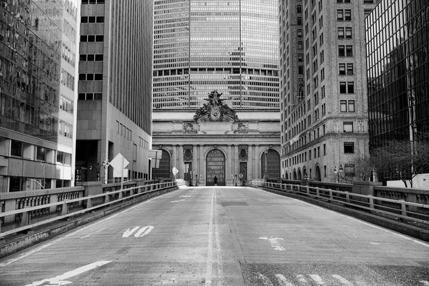 Chùm ảnh đẹp nhưng buồn đến lặng người: Thành phố New York nhộn nhịp bỗng hóa ảm đạm trong những ngày Covid-19 bao trùm - Ảnh 5.
