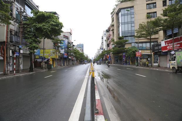 Ảnh: Cảnh tượng khác lạ tại những điểm đen ùn tắc giao thông của Hà Nội giữa mùa dịch Covid-19 - Ảnh 6.
