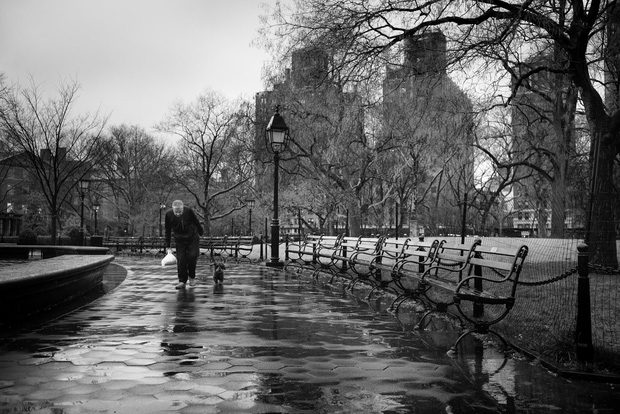 Chùm ảnh đẹp nhưng buồn đến lặng người: Thành phố New York nhộn nhịp bỗng hóa ảm đạm trong những ngày Covid-19 bao trùm - Ảnh 9.