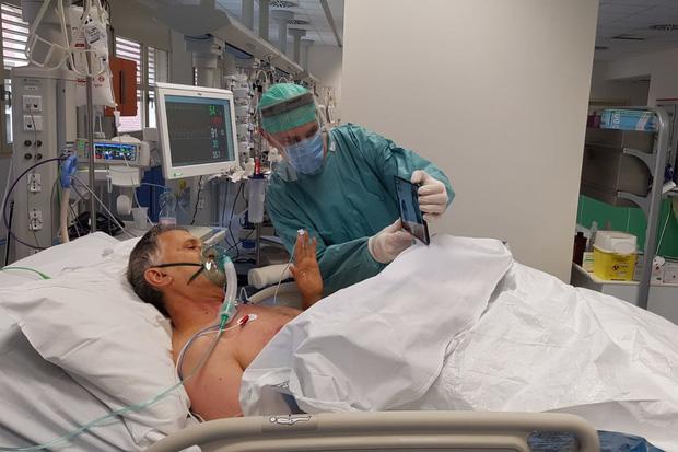 Ám ảnh đến tận cùng: 2 tiếng cuối cùng trước lúc ra đi của một bệnh nhân nhiễm Covid-19, qua lời kể của người sống sót - Ảnh 2.