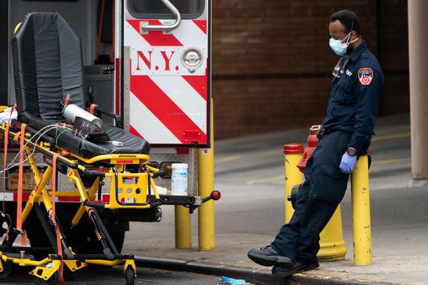 New York trải qua thời khắc tang thương nhất trong dịch Covid-19, số người tử vong đã vượt qua vụ khủng bố đẫm máu ngày 11/9  - Ảnh 13.