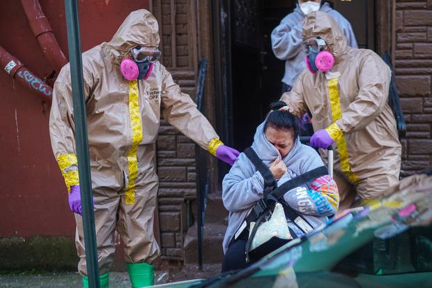 New York trải qua thời khắc tang thương nhất trong dịch Covid-19, số người tử vong đã vượt qua vụ khủng bố đẫm máu ngày 11/9  - Ảnh 3.