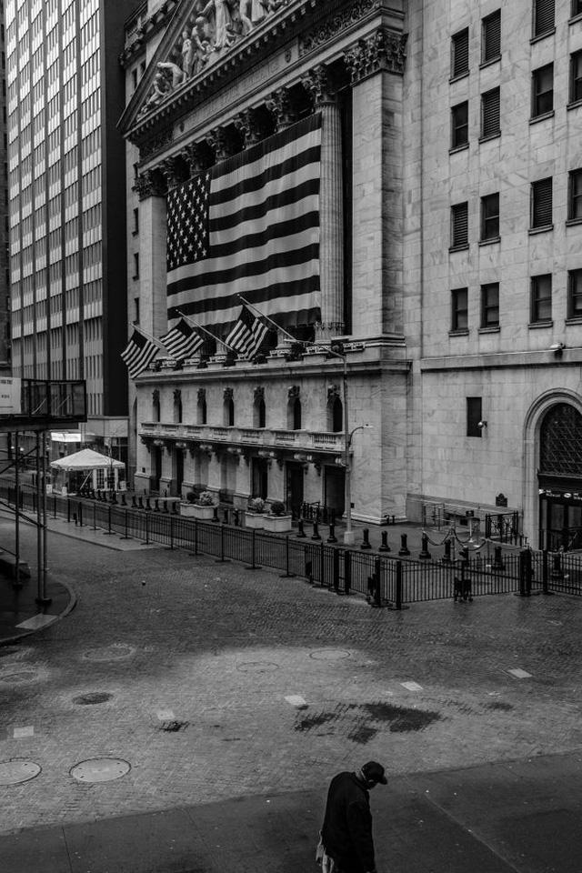 New York trải qua thời khắc tang thương nhất trong dịch Covid-19, số người tử vong đã vượt qua vụ khủng bố đẫm máu ngày 11/9  - Ảnh 7.