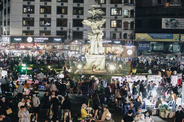 Chùm ảnh: Chợ đêm Đà Lạt đông kinh hoàng, khách du lịch ngồi la liệt để ăn uống dịp nghỉ lễ - Ảnh 1.