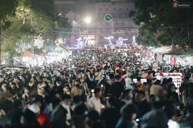 Chùm ảnh: Chợ đêm Đà Lạt đông kinh hoàng, khách du lịch ngồi la liệt để ăn uống dịp nghỉ lễ - Ảnh 2.