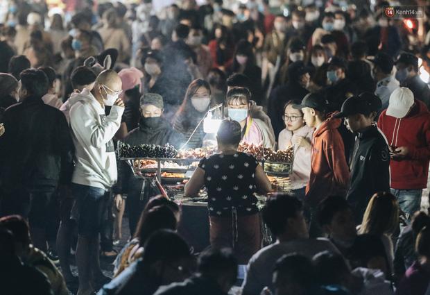 Chùm ảnh: Chợ đêm Đà Lạt đông kinh hoàng, khách du lịch ngồi la liệt để ăn uống dịp nghỉ lễ - Ảnh 3.