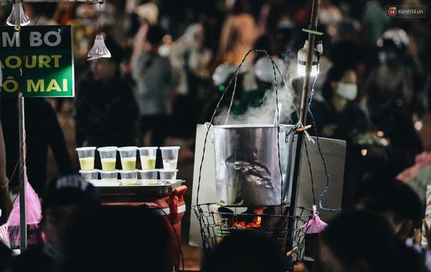 Chùm ảnh: Chợ đêm Đà Lạt đông kinh hoàng, khách du lịch ngồi la liệt để ăn uống dịp nghỉ lễ - Ảnh 4.