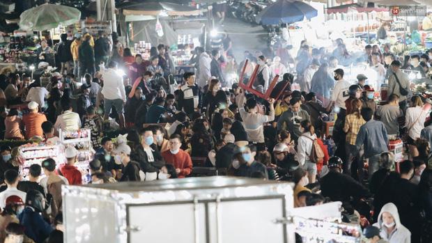 Chùm ảnh: Chợ đêm Đà Lạt đông kinh hoàng, khách du lịch ngồi la liệt để ăn uống dịp nghỉ lễ - Ảnh 5.