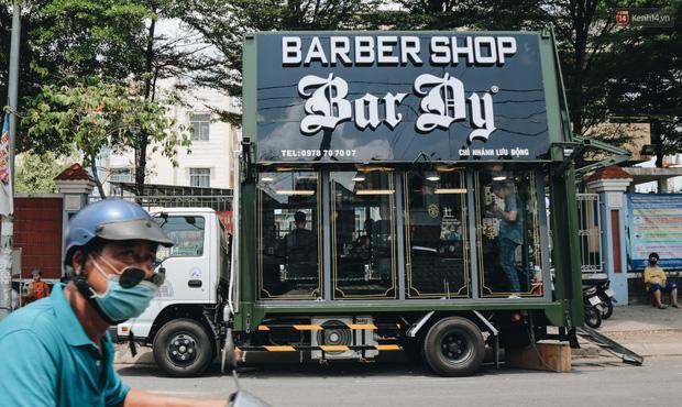Độc đáo xe cắt tóc lưu động tiền tỷ ở Sài Gòn, khách chỉ cần trả phí bằng... nụ cười tươi - Ảnh 2.