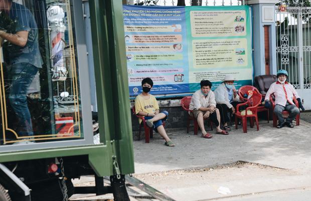 Độc đáo xe cắt tóc lưu động tiền tỷ ở Sài Gòn, khách chỉ cần trả phí bằng... nụ cười tươi - Ảnh 5.