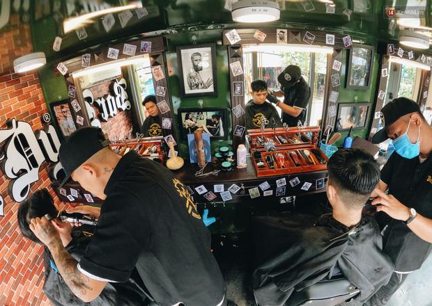 Độc đáo xe cắt tóc lưu động tiền tỷ ở Sài Gòn, khách chỉ cần trả phí bằng... nụ cười tươi - Ảnh 9.
