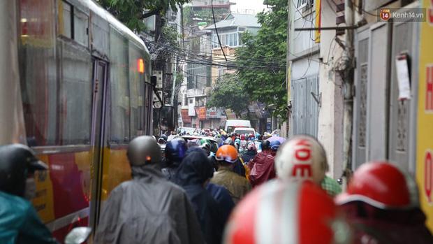 Hà Nội tắc đường kinh hoàng, người dân khổ sở đi làm trong cơn mưa lớn - Ảnh 1.