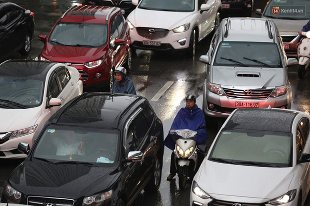 Hà Nội tắc đường kinh hoàng, người dân khổ sở đi làm trong cơn mưa lớn - Ảnh 11.