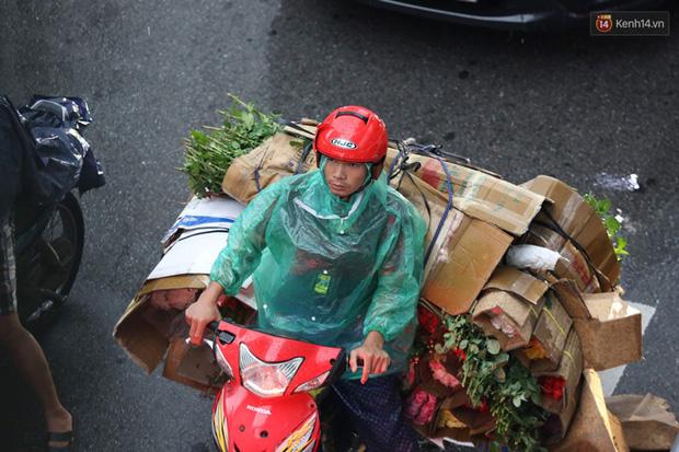 Hà Nội tắc đường kinh hoàng, người dân khổ sở đi làm trong cơn mưa lớn - Ảnh 12.