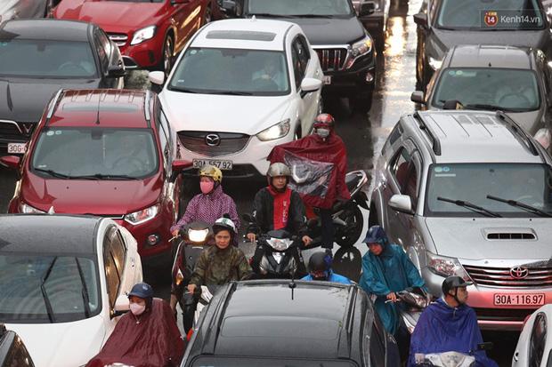 Hà Nội tắc đường kinh hoàng, người dân khổ sở đi làm trong cơn mưa lớn - Ảnh 13.