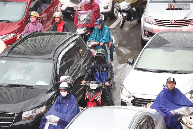 Hà Nội tắc đường kinh hoàng, người dân khổ sở đi làm trong cơn mưa lớn - Ảnh 14.