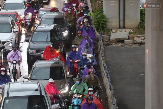 Hà Nội tắc đường kinh hoàng, người dân khổ sở đi làm trong cơn mưa lớn - Ảnh 15.