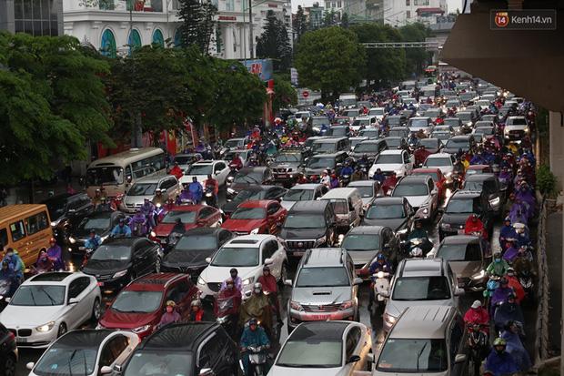 Hà Nội tắc đường kinh hoàng, người dân khổ sở đi làm trong cơn mưa lớn - Ảnh 16.