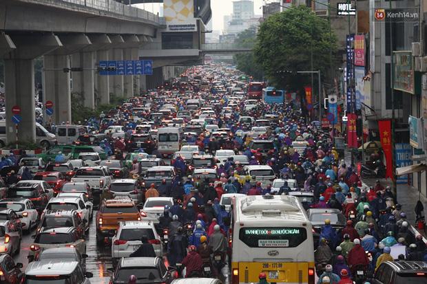 Hà Nội tắc đường kinh hoàng, người dân khổ sở đi làm trong cơn mưa lớn - Ảnh 3.