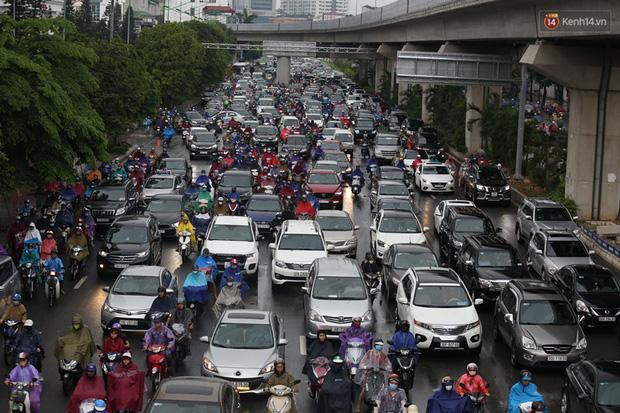 Hà Nội tắc đường kinh hoàng, người dân khổ sở đi làm trong cơn mưa lớn - Ảnh 4.